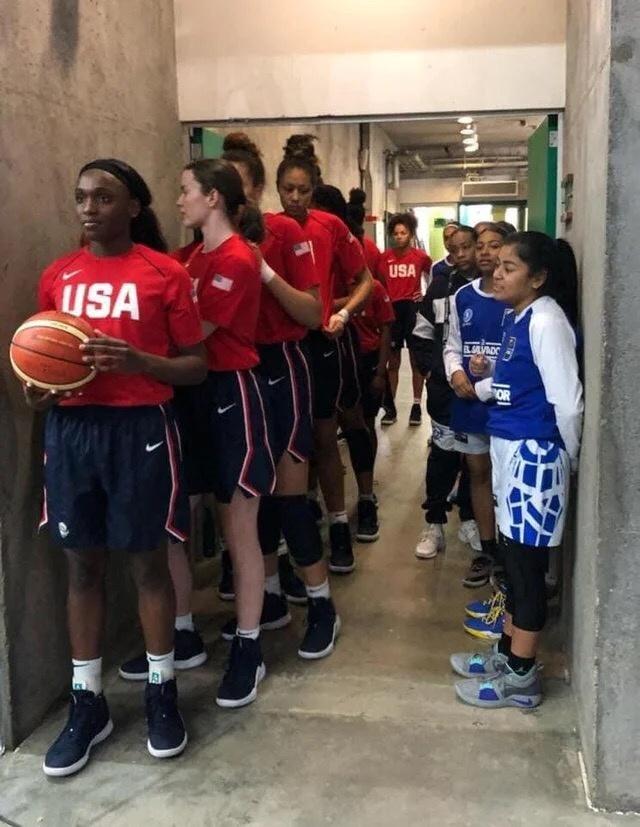 Сборная США и сборная Сальвадора по баскетболу