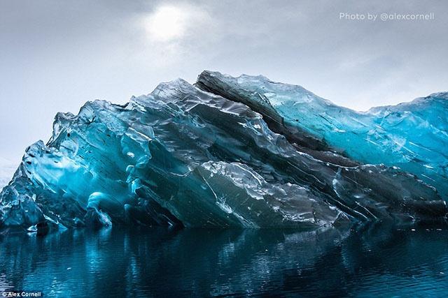 Американец сфотографировал перевернувшийся айсберг