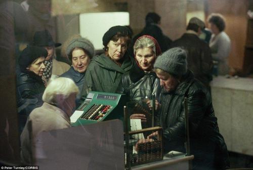 В магазине в Москве в 1991 году. СССР приблизился к краху.