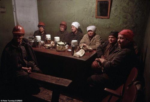 Женщины шахтеры отдыхают после смены в городе Новокузнецк в июне 1991 года