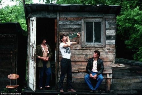 """Сибиряки """"расслабляются"""" у сарая в городе Новокузнецк, который в начале 90-х одолевали серьезные экономические проблемы."""