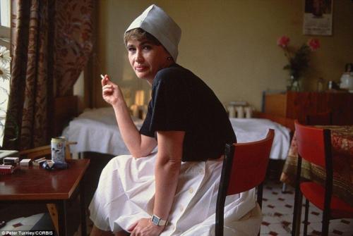 Медсестра Людмила курит во время перерыва в столовой.