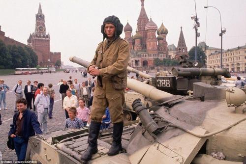Солдаты и танки двигались на Красную площадь, чтобы окружить Кремль в начале переворота