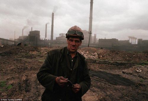 Шахтер, который живет в промышленном районе Сибири, испытывающей серьезные экономические сложности, июнь 1991 г