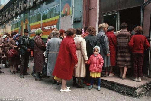 Сибиряки стоят в очереди на улице перед магазином в городе Новокузнецке: знак экономического упадка, который охватил страну в последние годы коммунистического правления.