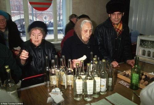 В московской очереди за водкой.
