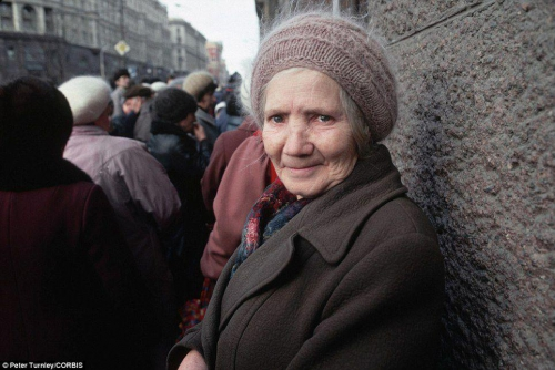Женщина в очереди в Москве.
