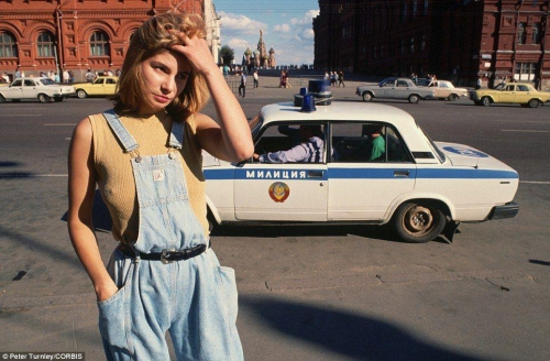 18-летняя проститутка Катя курсирует по улицам Москвы в поисках клиентов, а мимо нее проезжает милицейская машина в 1991 году, незадолго до распада СССР