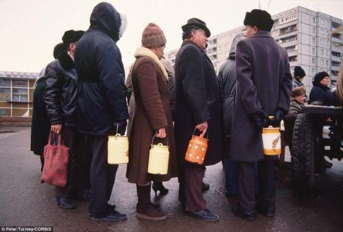 Пенсионеры выстроились с бидонами в очередь за молоком, город Тула, ноябрь 1991
