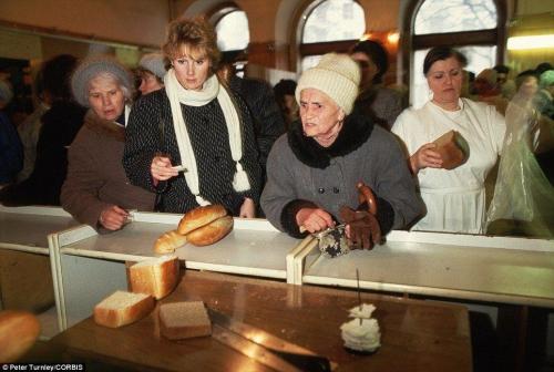 Люди должны стоять в огромных очередях, чтобы купить хоть что-нибудь из того, что появляется в магазинах, ноябрь 1991 года: до распада СССР остается всего месяц.