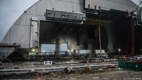 Новое безопасное сооружение для консервации четвертого энергоблока: в середине ноября конструкцию надвинут на старый бетонный саркофаг, а стены с двух сторон конструкции достроят в 2017 году. Строители надеются, что новое укрытие позволит остановить распространение радиации на сто лет.