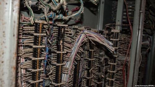 Провода в турбинном зале. В четвертом блоке все еще хранятся остатки радиоактивного топлива