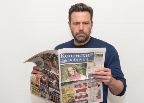 """Мировые звезды с газетой """"Копейский рабочий"""""""