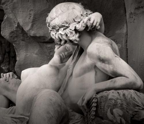Галатея в руках Ациса. Скульптура фонтана Медичи в Люксембургском саду в Париже. Огюст Оттен, 1863.