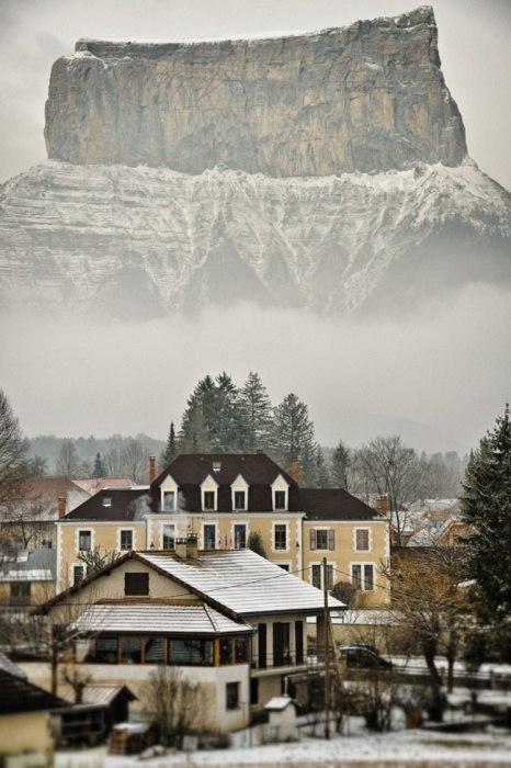 Гора Мон Эгий (Рона-Альпы) на 2000 метров возвышается над французской общиной Шишильян.