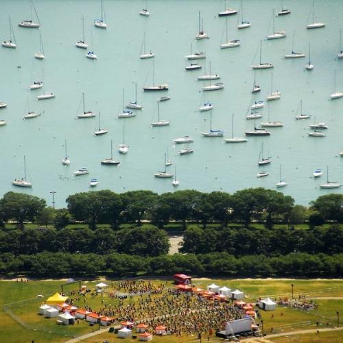 Стоило фотографу всего лишь взобраться на высокую точку съемки, вдруг появились яхты в небе...