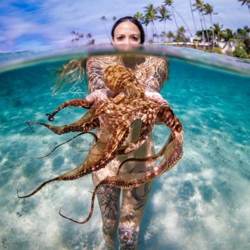 Девушка и осьминог