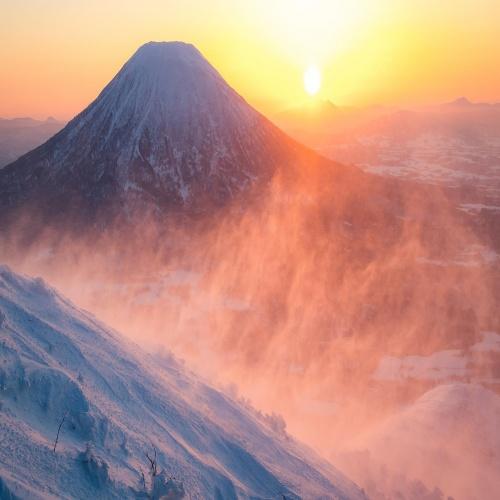 Солнце осветило верхушки далёких гор